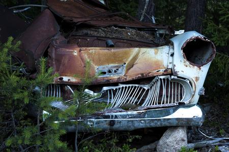 oxidado: ruina oxidada del coche de la vendimia en el bosque