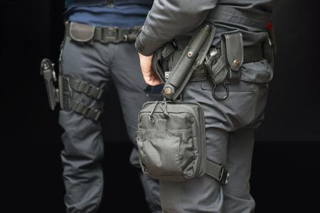 Bewaffnete Polizisten Wache in der Straße in der Nacht