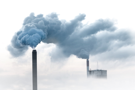 Blauer Rauch aus Schornsteinen des Kraftwerks Standard-Bild - 51785179