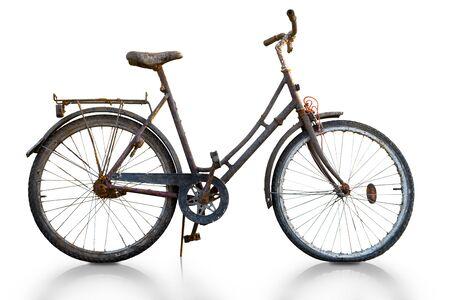 Vélo rouillé isolé sur blanc, avec reflet dans le sol