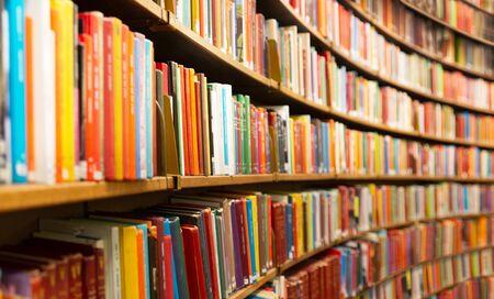 Biblioteca con muchos estantes y libros, perspectiva decreciente y dof poco profundo