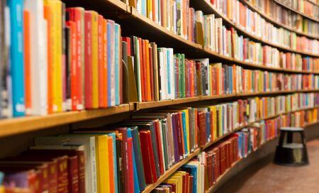 Biblioteca con muchos estantes y libros, perspectiva decreciente y dof poco profundo Foto de archivo