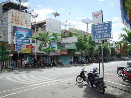 BALI -  MAY28 : Main street.  Seconde biggest city in Bali, Indonesia 新聞圖片