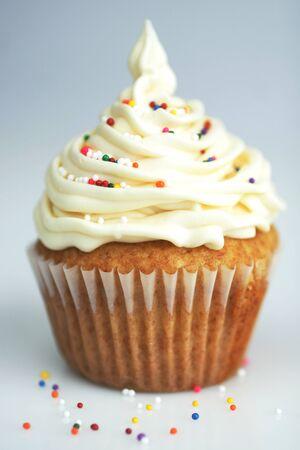 파란색 배경에 흰색 장식과 바닐라 컵 케이크