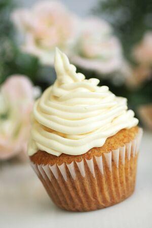 Délicieux gâteau de coupe vanille avec glaçage blanc