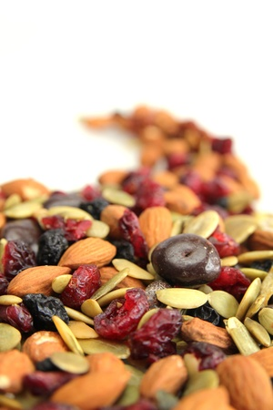 frutas secas: Cerca de una mezcla de nueces, secar frutas y chocolate Foto de archivo