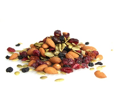Meng noten, droge vruchten en chocolade op een witte achtergrond Stockfoto