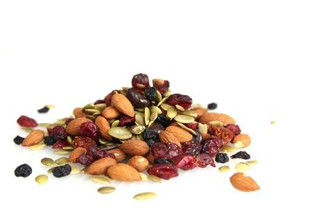 frutas secas: Mezclar las nueces, frutos secos y chocolate sobre un fondo blanco