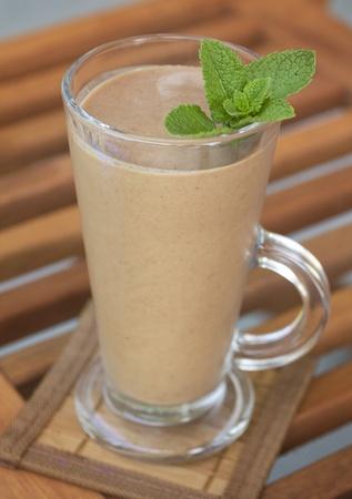新鮮なミントとバナナ、チョコレート牛乳を振る 写真素材