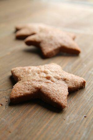 Drie gember ster cookies op een houten tafel Stockfoto