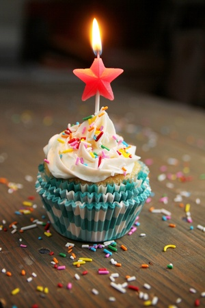 vanilla cupcake: Birthday cupcake with a star candle on top