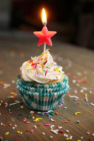 pastel de cumplea�os: Cumplea�os de la magdalena con una vela estrella en la punta Foto de archivo