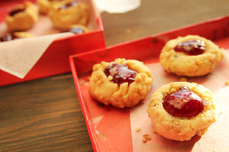 Homemade cookies with strawberry jam in a red box Imagens