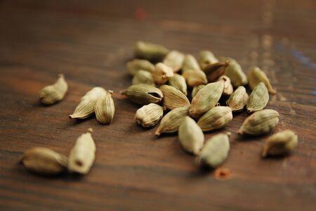 木製のテーブルにカルダモン種子の束 写真素材
