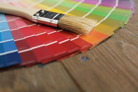 さまざまなカラー パレットと木製の表面にブラシ 写真素材