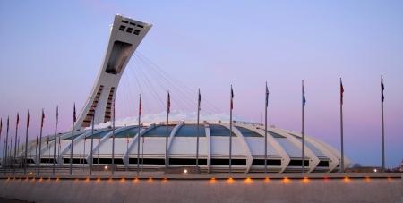 夕暮れ時にモントリオールのオリンピック スタジアム、カナダのための 1976 年に建てられたオリンピック夏あり、現在カナダの最も大きい 100 万平