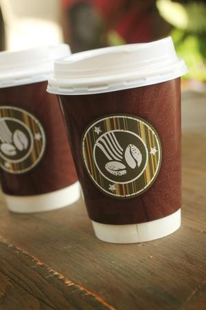 木製のテーブルの上にコーヒーを 2 カップ 写真素材