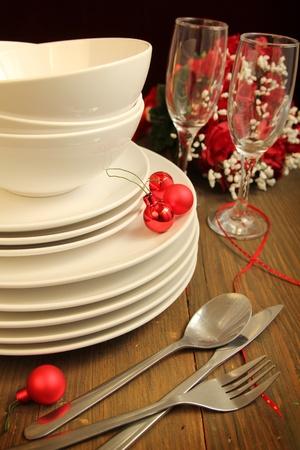 瀬戸物: プレーン白いお皿、ボウルや食器と赤いクリスマス ボールとワインのガラス