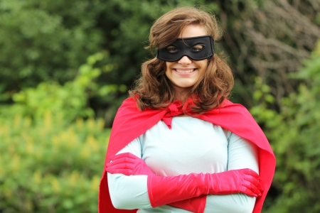 kracht: Jonge vrouw met rode super helden kit glimlachen