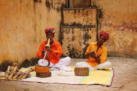 serpiente cobra: Viejo hombre encantador de serpiente con su aprendiz en Jaipur, India