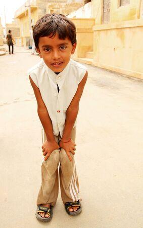 unicef: Jailsamer, INDIA - 17 Settembre 2012 Povero curioso ragazzino mendicare in strada Gli ultimi dati dell'UNICEF mostrano che uno su tre bambini malnutriti di tutto il mondo si trovano in India, septembre 17, 2012