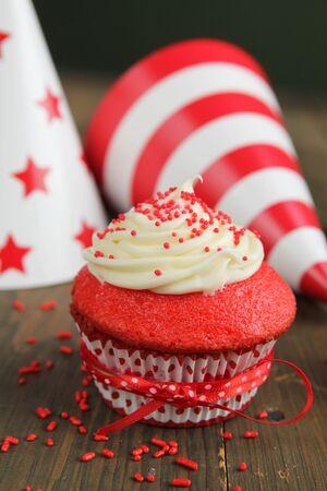 terciopelo rojo: Cupcake de terciopelo rojo y sombreros de cumplea�os en el fondo