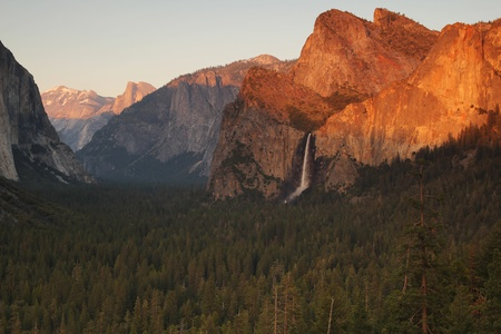 bridalveil fall: Bridalveil fall at Yosemite national park in California