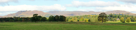 スコットランド、英国のローモンド湖の周りの風景の美しいパノラマの風景。