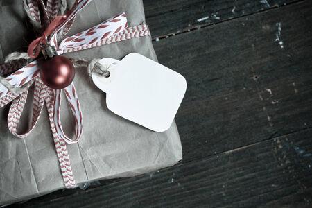 paper craft: Regalo del vintage envolver con etiqueta de nombre y el arco en un de madera