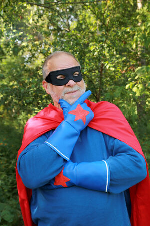 Ernstige hogere super helden met zwart masker en blauwe handschoenen denken alvorens beslissing