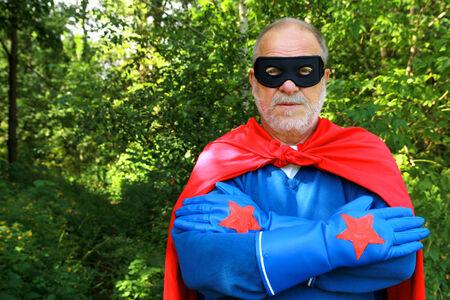 Senior man super held klaar om de verdediging iets