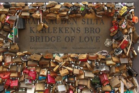 HELSINKI - 26 november Liefde hangsloten van Rakkauden sita Kärlekens bro brug van liefde vertegenwoordigen veilige vriendschap en romantiek in Helsinki, Finland op 26 november 2013 Redactioneel