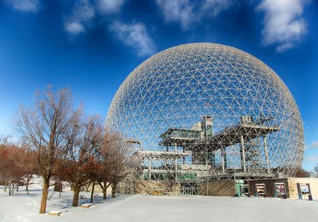 モントリオール、カナダ - 2015 年 1 月 16 日:「生物圏モントリオール環境専用の博物館です。1967 年の万国博覧会の間にアメリカ合衆国のパビリオン