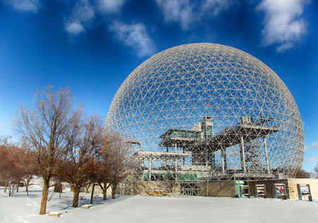 MONTREAL, CANADA - JANUARI 16, 2015: The Biosphere is een museum in Montreal gewijd aan het milieu. Het was het paviljoen van de Verenigde Staten tijdens de Universele expositie in 1967.