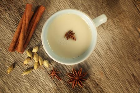 木製の背景にシナモン、アニス、カルダモン シェの茶のトップ ビュー 写真素材