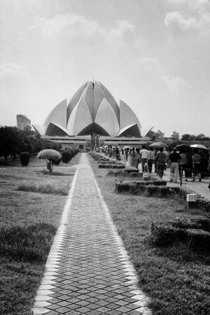 turismo ecologico: El Templo del Loto se encuentra en Nueva Delhi, India. En forma de una flor, ha ganado numerosos premios de arquitectura y aparece en beens Cientos de periódico. Foto de archivo