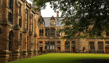 escuela edificio: Detalle arquitectónico del atrio interior de la Universidad de Glasgow, Escocia Editorial
