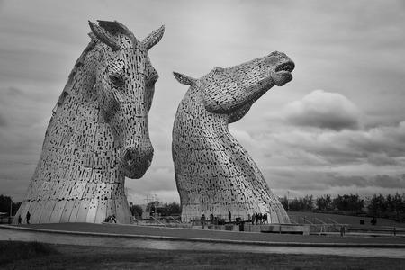 feat: Falkirk, Escocia - 27 de julio 2015: El Kelpies, es de 2 esculturas de la cabeza de caballo agradables que son una verdadera obra de ingenier�a en Escocia, Gran Breta�a en 27 de julio 2015.