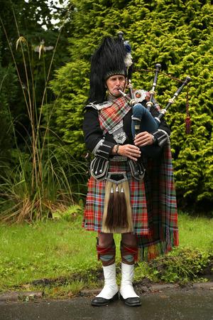 gaita: Edimburgo, Escocia - 28 de julio de 2015: no identificados escocés del gaitero tocando música con gaita en Escocia. Las gaitas son una clase de instrumentos musicales, aerófonos, y se han desempeñado durante siglos.