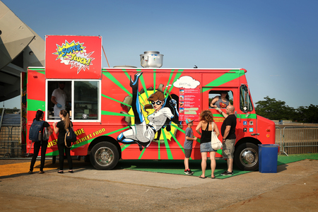 7 月 23 日、ケベック州モントリオールのビジネス領域にフード トラックで自分の昼食を待っているモントリオール, カナダ - 2015 年 7 月 3 日: 人々。