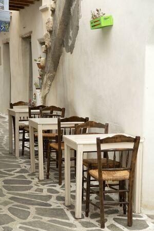 silla: sillas y una mesa en la terraza en Grecia Foto de archivo