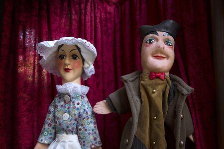 LYON, Frankrijk-14 november 2015: 2 Guignols marionetten naar buiten om een show te promoten. Guignol is de hoofdpersoon in een Franse poppenkast die is gekomen om zijn naam dragen. Redactioneel