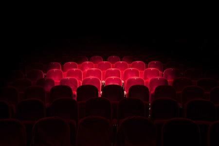 일반 극장에서 빨간색 좌석에 자리를 따라 스톡 콘텐츠