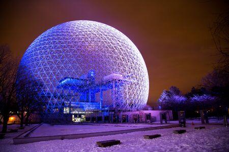 exposición: MONTREAL, CANADA - el 22 de enero de 2017: La Biosfera es un museo en Montreal dedicado al medio ambiente. Fue el pabellón de los Estados Unidos durante la Exposición Universal en 1967. Editorial
