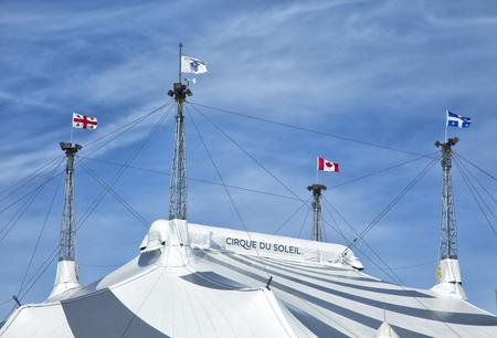 몬트리올, 캐나다 -2011 년 4 월 23 일 : 서커스 뒤 솔 레의 새로운 쇼의 텐트, 캐나다 엔터테인먼트 회사. 그것은 세계에서 가장 큰 연극 프로듀서입니다.  에디토리얼