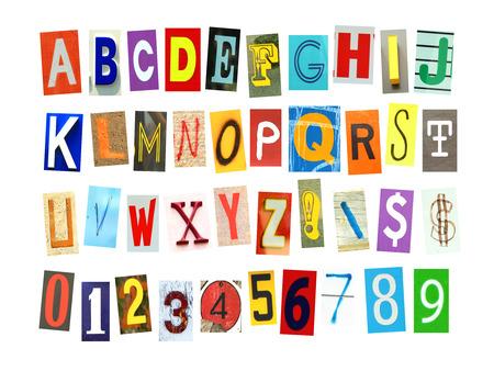 Alfabeti colorati, numeri e alcuni segni e simboli ritagliati nel giornale isolato su uno sfondo bianco