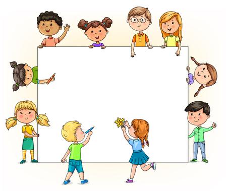 Heldere grappige kinderen houden en schilderen lege banner met je potloden voor je tekst.