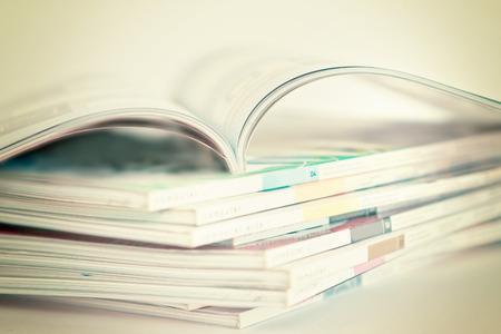 selectieve soft focus van open en stapelen van tijdschriften