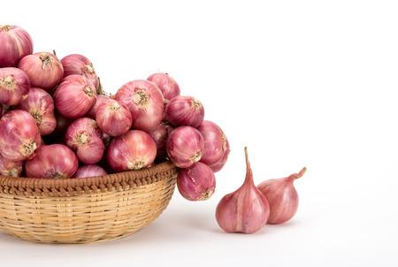 red onion: close up de cebolla roja o chalotas en la cesta de madera