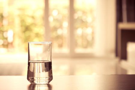 リビング ルーム、ヴィンテージやレトロなスタイルの表上の水のガラスのクローズ アップ